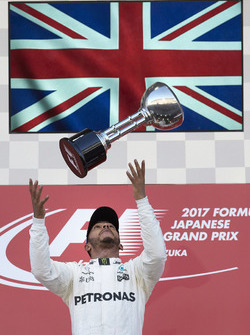 Il vincitore della gara Lewis Hamilton, Mercedes AMG F1, festeggia lanciando in aria il suo trofeo