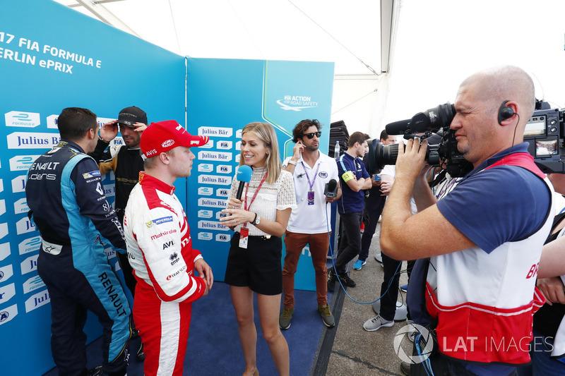 Polesitter Felix Rosenqvist, Mahindra Racing, mit Nicki Shields, Moderatorin