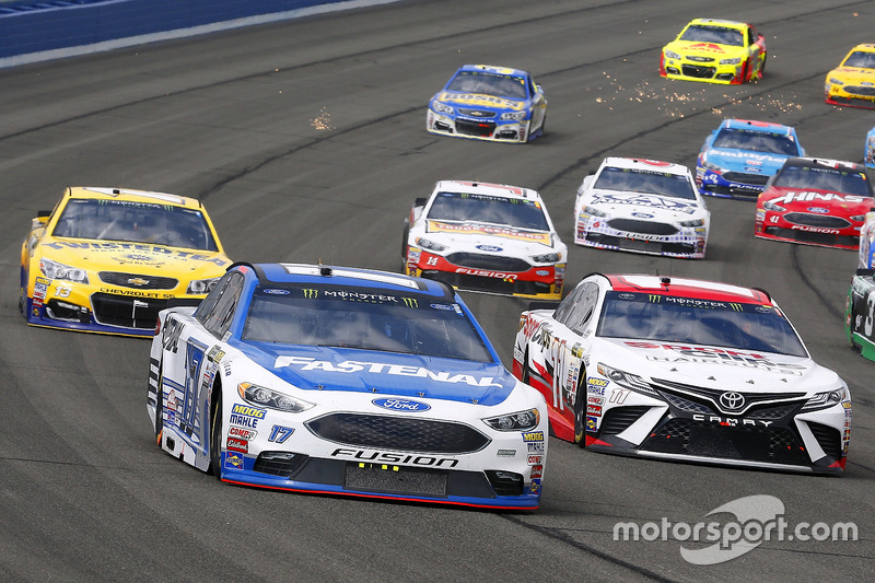 Denny Hamlin, Joe Gibbs Racing Toyota y Ricky Stenhouse Jr., Roush Fenway Racing Ford