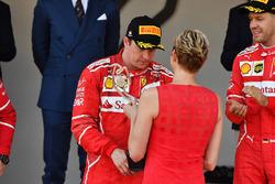 Гонщик Ferrari Кими Райкконен и княгиня Монако Шарлен на подиуме