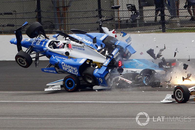Авария: Скотт Диксон, Chip Ganassi Racing Honda, и Джей Ховард, Schmidt Peterson Motorsports Honda