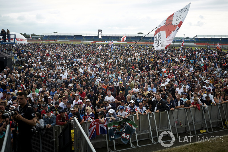Fans en el escenario