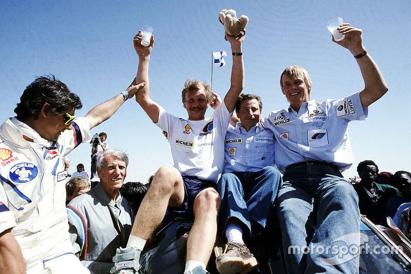 El ganador Juha Kankkunen, Peugeot con el jefe de equipo Jean Todt y Ari Vatanen