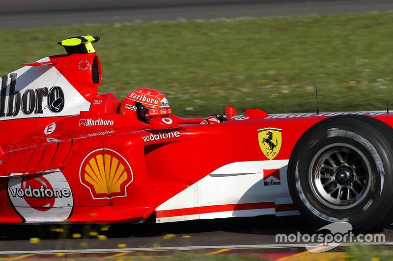 Valencia 2006: Valentino Rossi met de helm van Michael Schumacher in de Ferrari F2004