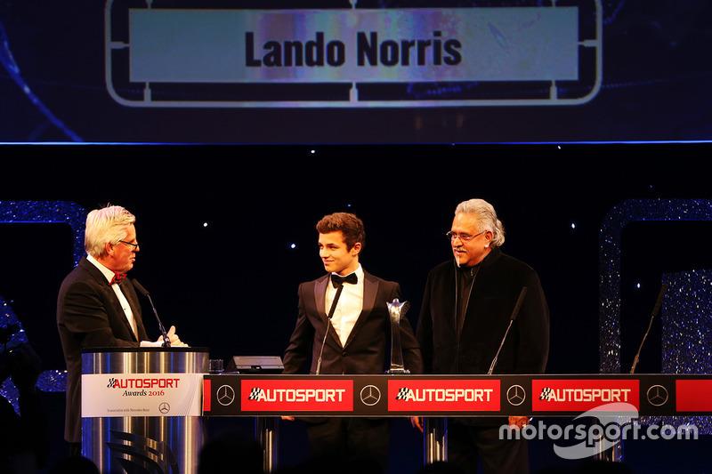 Lando Norris, gana el premio al Piloto del año del British Club, lo entregó, Vijay Mallya