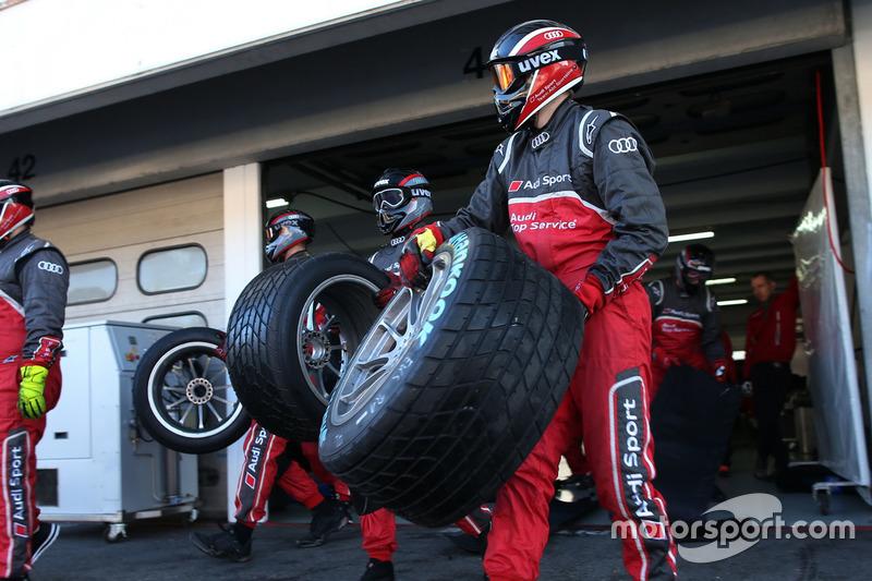 Mechanics of the Audi Sport Team Abt Sportsline