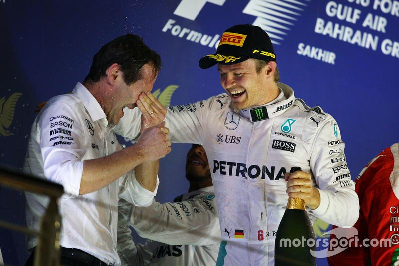 Aldo Costa, empapado, celebra la victoria en Baréin con Rosberg