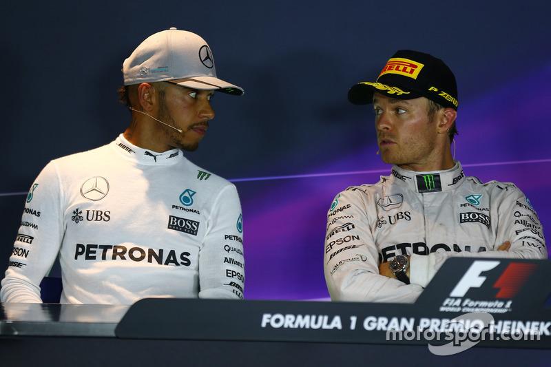 Mercedes AMG F1 W07, Lewis Hamilton y Nico Rosberg, Mercedes AMG Petronas F1 W07 en la Conferencia de prensa