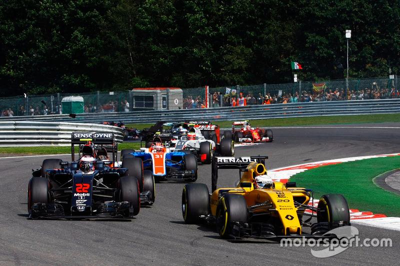 Kevin Magnussen, Renault Sport F1 Team RS16 precede Jenson Button, McLaren MP4-31mentre viene colpito da Pascal Wehrlein, Manor Racing MRT05 alla partenza della gara