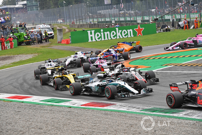 Valtteri Bottas, Mercedes AMG F1 W09 Romain Grosjean, Haas F1 Team VF-18 Carlos Sainz Jr., Renault Sport F1 Team RS 18 y Esteban Ocon, Racing Point Force India VJM11 al inicio de la carrera