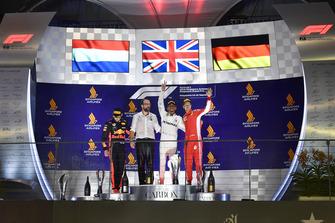 (Da sx a dx): Max Verstappen, Red Bull Racing, Lewis Hamilton, Mercedes AMG F1 e Sebastian Vettel, Ferrari, festeggiano sul podio