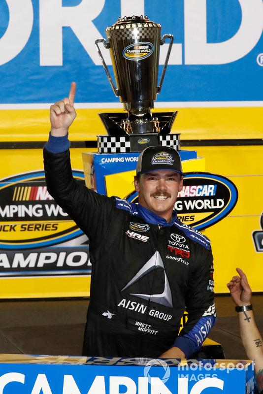 Ganador Brett Moffitt, Hattori Racing Enterprises, Toyota Tundra AISIN Group celebra