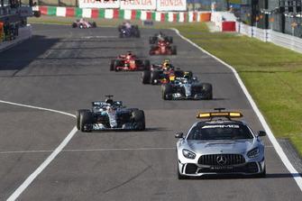 Автомобіль безпеки і Льюіс Хемілтон, Mercedes AMG F1 W09,лідирують у гонці