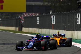 Pierre Gasly, Scuderia Toro Rosso STR13, leads Stoffel Vandoorne, McLaren MCL33