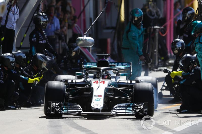 Lewis Hamilton, Mercedes AMG F1 W09, effettua un pit stop