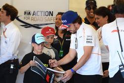 Fernando Alonso, McLaren with grid kid