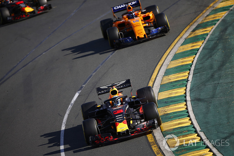 Daniel Ricciardo, Red Bull Racing RB14 Tag Heuer, leads Fernando Alonso, McLaren MCL33 Renault, and