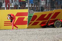 Sebastian Vettel, Ferrari SF71H se dirige al garaje después de quedar fuera de la carrera