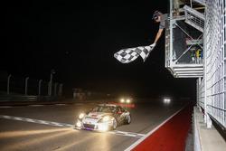 Bandiera a scacchi per #911 Herberth Motorsport, Porsche 991 GT3 R: Daniel Allemann, Ralf Bohn, Robe