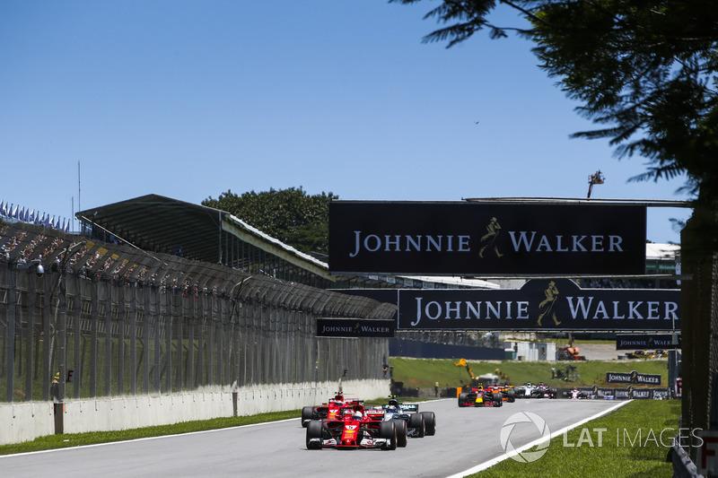 Sebastian Vettel, Ferrari SF70H, Valtteri Bottas, Mercedes AMG F1 W08, Kimi Raikkonen, Ferrari SF70H, Max Verstappen, Red Bull Racing RB13, y el resto de la parrilla en el inicio