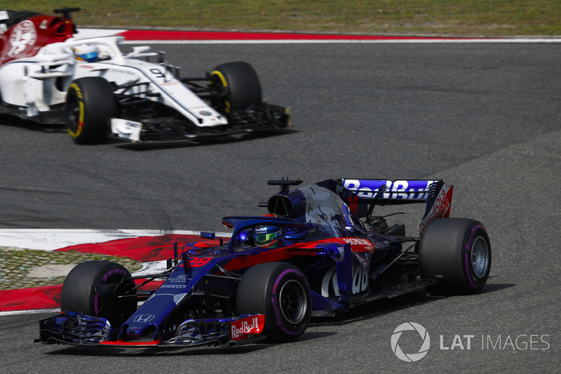Brendon Hartley, Toro Rosso STR13 Honda, precede Marcus Ericsson, Sauber C37 Ferrari