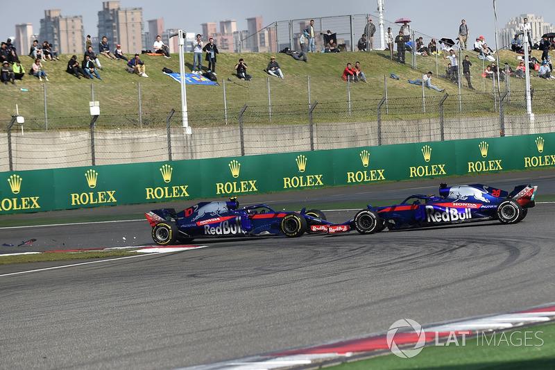 Pierre Gasly, Scuderia Toro Rosso STR13 y Brendon Hartley, Scuderia Toro Rosso STR13 choque