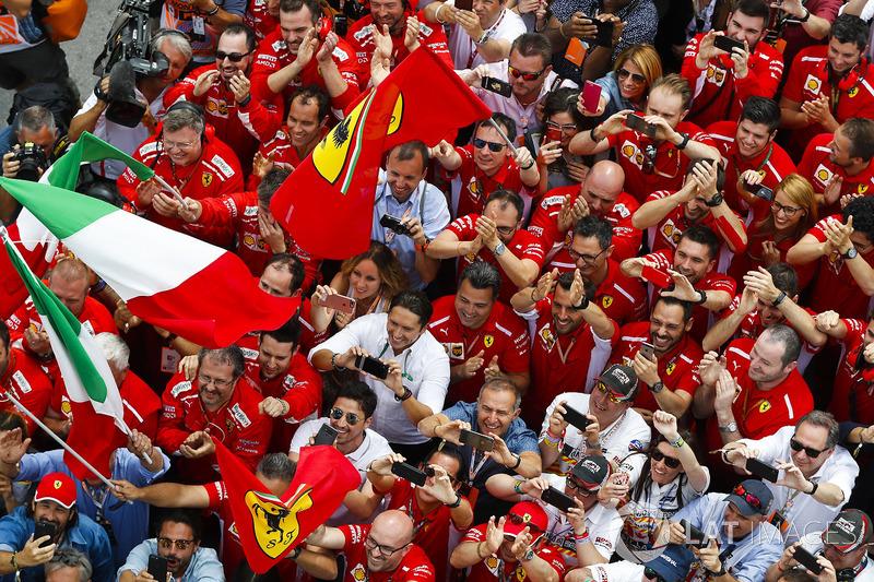 I membri del team Ferrari festeggiano la vittoria di Sebastian Vettel, Ferrari