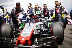 Romain Grosjean, Haas F1 Team VF-18, arrives on the grid