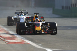 Даниэль Риккардо, Red Bull Racing RB13, и Лэнс Стролл, Williams FW40