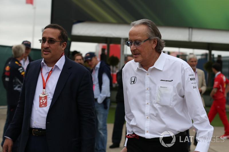 El Jeque Mohammed bin Essa Al Khalifa, Director Ejecutivo de la Junta de desarrollo económico de Bahrein y accionista de McLaren y Mansour Ojjeh, TAG