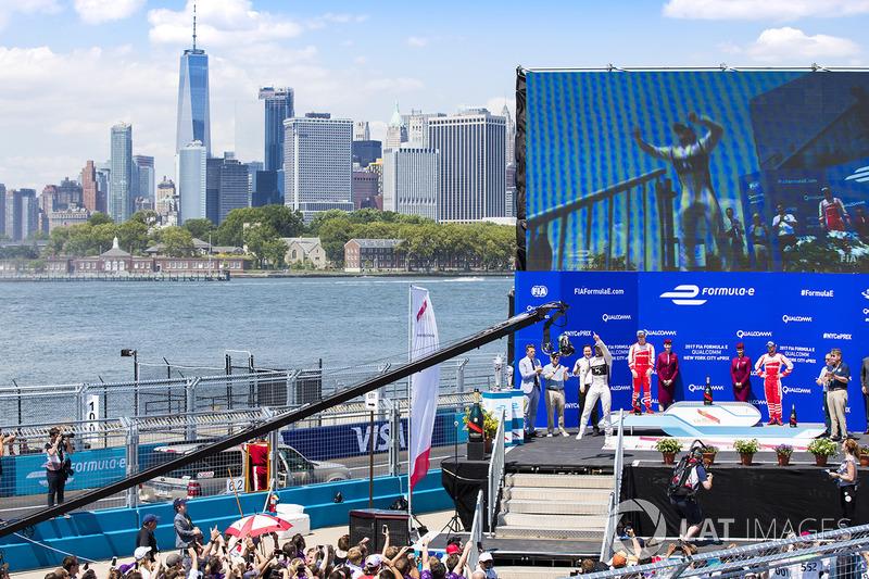 Ganador de la carrera Sam Bird, DS Virgin Racing, celebra en el podio con Felix Rosenqvist, Mahindra Racing, y Nick Heidfeld, Mahindra Racing