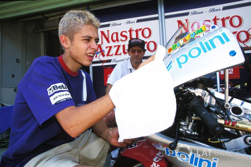 Valentino Rossi membersihkan motor Aprilia miliknya di Sentul