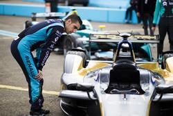Sébastien Buemi, Renault e.Dams, inspecte la voiture de Jean-Eric Vergne, Techeetah.