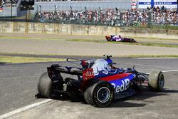 Пьер Гасли, Scuderia Toro Rosso STR12, и разбитая STR12 Карлоса Сайнса-мл.
