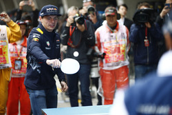Max Verstappen, Red Bull Racing, y Felipe Massa, Williams, juegan tenis de mesa