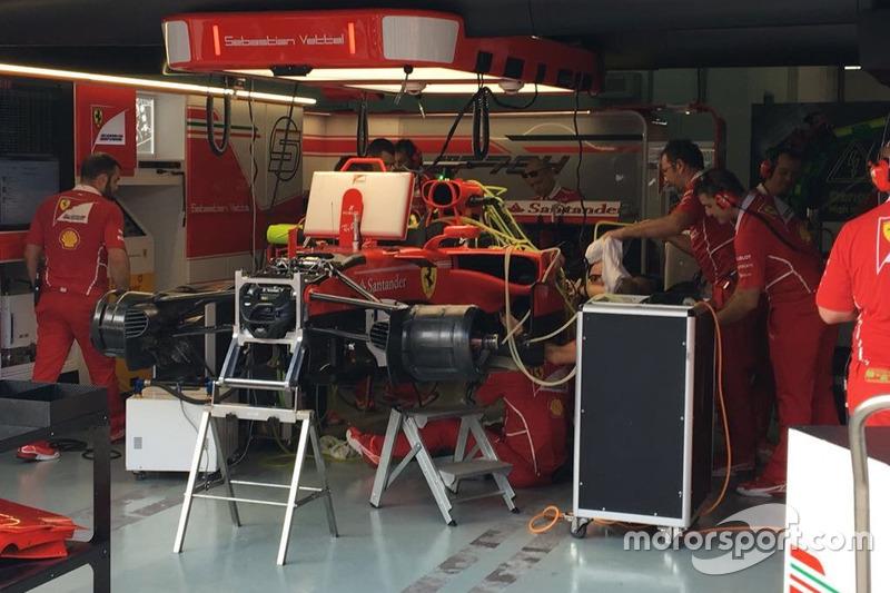 Mas antes, Sebastian Vettel se viu em apuros, sendo obrigado a trocar de unidade, o que o fará largar da última posição neste domingo.