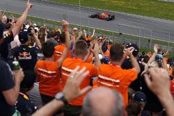 Max Verstappen, Red Bull Racing RB13 y sus fans en la tribuna