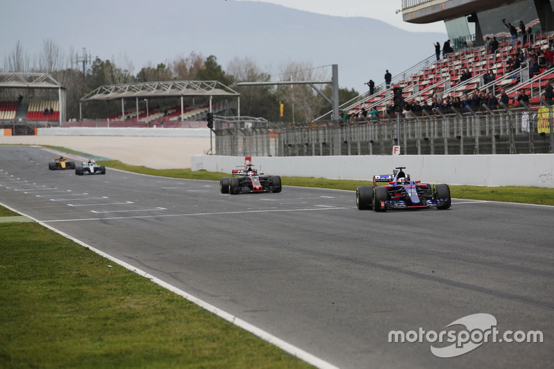 Карлос Сайнс-молодший, Scuderia Toro Rosso STR12, випереджає Ромена Грожана, Haas F1 Team VF-17, Валттері Боттаса, Mercedes AMG F1 W08 та Ніко Хюлькенберга, Renault Sport F1 Team RS17