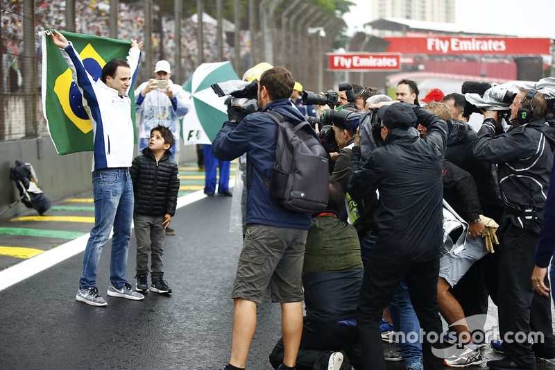 Felipe Massa, Williams, and his son celebrate his last home race with a Brazilian flag