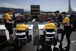 Гонщики Renault Sport F1 Джолион Палмер и Нико Хюлькенберг