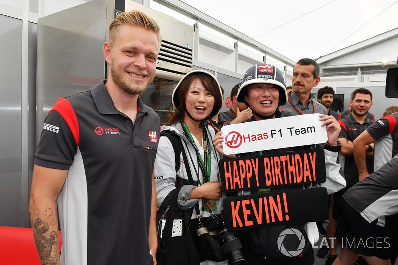 Кевін Магнуссен, Haas F1 Team, з командою і фанатами