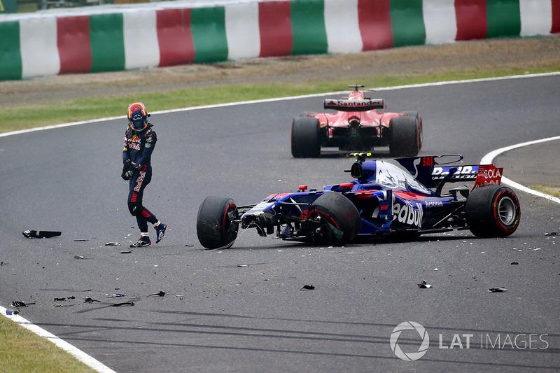 Carlos Sainz, Scuderia Toro Rosso, sufre un accidente con el STR12