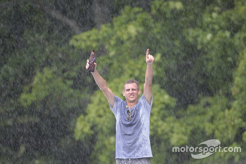 Un tifoso sotto la pioggia