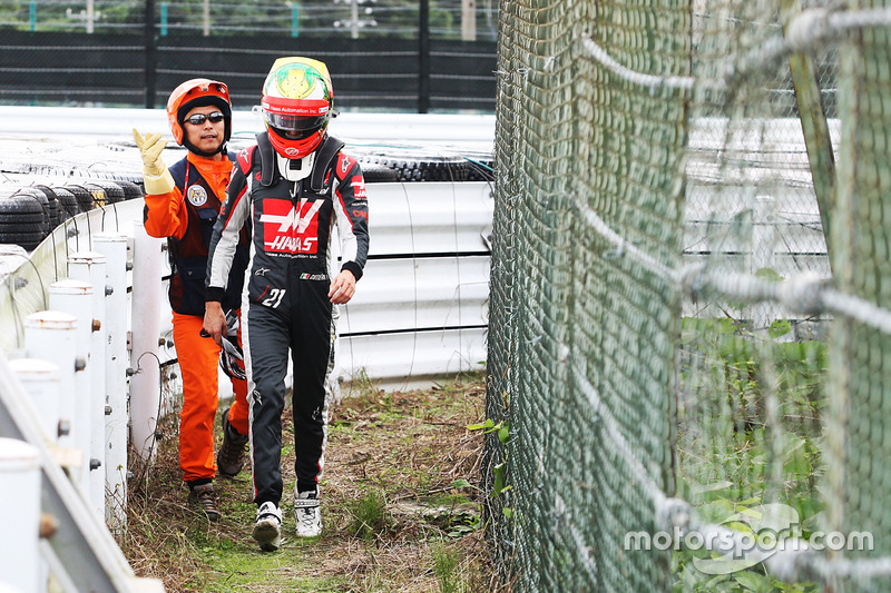 Esteban Gutierrez, Haas F1 Team walks back to the pits after he stopped in the second practice session