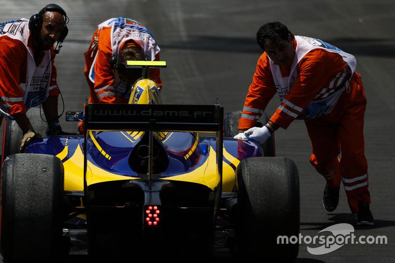 Auto de Nicholas Latifi, DAMS es empujado en la pista