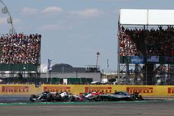 Lewis Hamilton, Mercedes-AMG F1 W09 trompea tras el toque de Kimi Raikkonen, Ferrari SF71H