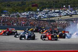 Lewis Hamilton, Mercedes AMG F1 W08, in lotta con Sebastian Vettel, Ferrari SF70H, alla partenza della gara