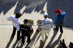 Керівник Mercedes AMG F1 Тото Вольфф, Валттері Боттас, Льюіс Хемілтон, Mercedes AMG F1, невиконавчий директор Mercedes AMG F1 Нікі Лауда з командою