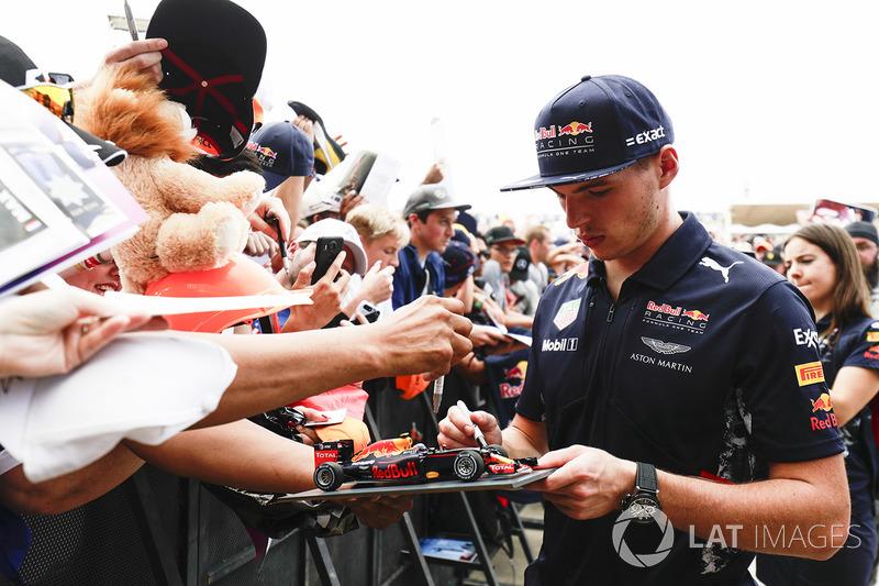 Max Verstappen, Red Bull, firma de autógrafos para los aficionados