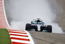 Valtteri Bottas, Mercedes AMG F1 W08, bloque une roue